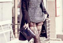 Moscou / Silhouette ultra-feminine et seduisante, jupe bouffante, taille soulignee… Les fourreaux aux imprimes floraux et les dentelles delicates se melent aux elements du folklore russe, tels que les chales aux couleurs vives, la superposition de jupes et les colliers massifs.
