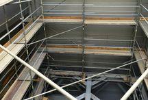 Rozbudowa zakładu produkcyjnego Dan Cake w Chrzanowie / W październiku ubiegłego roku w Chrzanowie w woj. małopolskim rozpoczęła się budowa dwupoziomowego kompleksu mieszczącego halę produkcyjno-magazynową o powierzchni 7 000 m2 oraz strefę biurową. Budowa ma się zakończyć w III kwartale tego roku. Nasza firma dostarcza na budowę rusztowania m.in. do ściany hali o długości 200 m i do pomieszczenia na silosy zarówno wewnątrz jak i na zewnątrz (rusztowanie podwieszane).