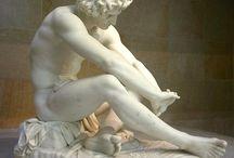 B. LOS MATERIALES ESCULTÓRICOS / dos esculturas realizadas con cada uno de los siguientes materiales: piedra, metales, madera , arcilla (barro) y técnicas mixtas