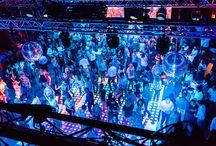 Dance Classics The Party / Tijdens een waanzinnige show met de grootste hits van toen, een prachtig verlichte dansvloer, enorme discobollen, laser- en lichtshows, go-go-girls, videoclips op grote schermen en natuurlijk foamsticks gingen 350 gasten compleet uit hun dak. Onvermoeibaar en met tomeloze passie en inzet zorgden de enthousiaste dj's voor een supergezellige avond disco in de Evenementenzaal, die volledig in het teken stond van het ophalen van herinneringen. Want o ja… ken je deze nog!?