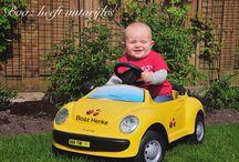 Boaz met auto / Boaz met zijn autootje