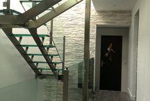 Escalier double limon central Linea / Linea double central beam stairs / . escalier : autoportant droit, quart ou demi tournant . structure : double limon central en inox ou en acier laqué . marches : verre / bois (chêne, hêtre, ou autre sur demande) / inox / acier laqué . garde-corps : verre et inox / inox / verre et acier laqué / acier laqué