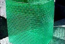 cesto reciclando botellas plasticas
