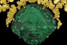 Collection de Bijoux Verts ! / La couleur verte, à l'origine de la nature, donne une force énergétique et végétale à cette collection de bijoux vibrante.  Le vert symbole d'espoir peut être tendre avec le jade, profond avec l'émeraude, vert-jaune ou vert vif avec les grenats démantoïde ou tsavorite, et vert lumineux avec le péridot. Toutes les nuances du végétal se retrouvent dans les pierres précieuses vertes.  Choisissez le vert qui vous correspond, et nous vous orienterons sur la pierre précieuse faite pour vous !