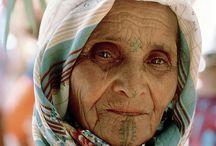 Viejos, Ancianos, Abuelos. Old, Elder, granparents. / Las arrugas esculpidas en su rostro me inspiran un infinito respeto y admiración para esos sobrevivientes de la vida. Año tras años, miles de meses, días y horas esculpidos en todo su cuerpo, antes joven y lozano hoy encorvado y dolorido. Historias de viejos, cariño de abuelos, nada mejor en este mundo.  Bendito sea el que los pueda acompañar con infinita paciencia y amor y llevarlos de la mano en sus momentos más difíciles, esos en los que sus miedos,  angustias y dolores se hacen presentes.