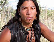 Indianen / Indianen zijn de originele bewoners van Amerika. En ze verdienen het om aandacht te krijgen. Ze zijn verjaagd en vermoord. Net als de slavenhandel in Amerika betreurenswaardig.