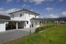 Individuelle Stadtvilla / Mit der großzügigen Stadtvilla erfüllen sich Schweizer Bauherren den Traum vom eigenen Haus.  Entstanden ist eine großzügige Stadtvilla mit Walmdach, die den Wünschen und Anforderungen der Familie an ihr Traumhaus voll und ganz entspricht.