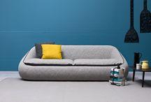 Divani - Bamboo / Da un'idea di Enrico Cesana nasce Bamboo, un divano dalla forma morbida e avvolgente. Può essere caratterizzato da finiture bicolore create dalle cuciture perimetrali e dalle sedute. Disponibile in quattro larghezze e in versione poltrona.