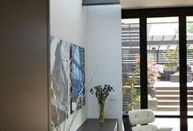 Indoor / Installation moderne, épurée et parfois industrielle.