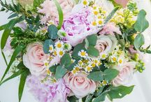 Garden Style Bouquets / Wedding bouquets that look like they've just been pick up in the garden. Some remarkable combinations with beautiful large roses and lots of green tones.