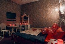 """Номер люкс """"4"""" почасового отеля """"На камнях"""" / Номер luxe №4 почасового отеля """"На камнях"""" оформлен в благородной золотисто-кофейной гамме. Старинная мебель в стиле барокко дополнена зоной с джакузи."""