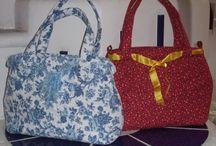 Taschen - selbstgenäht / Hier finden Sie handgefertigte Stofftaschen für jeden Anlass. Stoffe und Motive sind individuell und einzigartig - es sind auch Sonderanfertigungen nach Kundenwunsch möglich. Besuchen Sie unser Geschäft oder unseren Online-Shop