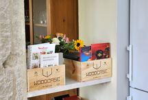 ma cuisine en caisse à vins / Aménager son ilot central avec des caisses à vins en voilà une bonne idée ! Réintroduire la caisse en bois au coeur du travail de la nourriture c'est une évidence naturelle et permet de libérer notre créativité pour l'aménagement d'une cuisine rustique avec des caisses à vins en bois