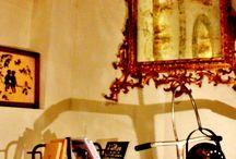 Antichità Barberia / Tratta di opere e oggetti  accolti , ospitati e curati come creazioni orfane in attesa di un'adozione futura. Come ogni adozione necessita di una reciprocità che privilegi l'incontro per affinità. Questo accade all'interno delle mura cittadine di Bologna.