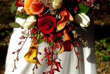 ❣ wedding flowers: bride flowers bouquet for a wine themed wedding and a red or burgundy dress / flowers bouquet palette for a red or burgundy wedding dress. branches, hanging elements, fluffy vegetal. Greenery with touches of blush, gold, peach, orange, red, burgundy, black flowers or white. not too big. I love both baroque bouquets and simples bouquets... how to compromise?