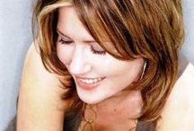 güzel olduğunu bilen kadınlar...Gülümserler.. / Gerçek sevgi ile sevilen kadın güzelliğinin doruğunda   yaşar...