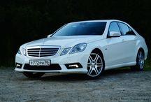 Mercedes-Benz E-Class / Заострённый внешний дизайн Mercedes-Benz E200 подчеркивает в его облике мощь и динамичность, а грамотно расставленные в его интерьере спортивные акценты создают ощущение молодости и особого стиля. В салоне этого автомобиля ярко выделяются кожаные сидения с замшевыми вставками, роскошно отделанные поверхности и благородные декоративные элементы, великолепно дополненные отличной аудиосистемой и климат-контролем.