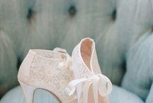 Gelin Ayakkabıları / Muhteşem bir gelinliğin altına nasıl ayakkabılar tercih edilmeli? Birbirinden farklı gelinlik modellerimize uygun ayakkabıları sizin için derledik.