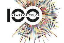 """100 Years Of Color / Katie Greenwood ha rintracciato quelle che possono essere considerate come le """"palette dell'anno"""" per ogni singolo anno del Novecento, accompagnandole con un'immagine che ne mostra e riassume i colori (ma anche lo stile grafico dominante in un dato periodo e, in senso più largo, quello che era lo """"spirito del mondo"""", più cupo, ad esempio, in tempi di guerra ) e i loro corsi e ricorsi storici e pubblicando tutto in un libro intitolato 100 years of color."""