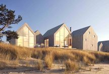 Värdshus / Värdshus är ett sommarhuskoncept utvecklat i samarbete med Waldemarsson Berglund Arkitekter. Grundidén är att man utifrån behov och plats sammanfogar mindre byggnader till en eller flera större. Vi kallar byggstenarna för stugor. Varje stuga har sin egen funktion som tex sovstuga och storstuga. Stugorna kan kombineras på hur många sätt som helst.