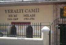 İstanbul'un İncileri Yalı Camileri / İstanbul 'un İslam mimarisinin en zarif ve muhteşem örnekleri olan Yalı Camileri çevresi ile uyumlu, insanla barışık ve geçmişi gelecekle buluşturan bu kutsal ibadethaneler birer şâheser olarak dimdik ayakta durmakta. Yalı Camilerinin mimari bilgileri, hikayeleri  araştırılarak eklenmiştir. Fotoğrafları ise kendi amatör çekimim dir.