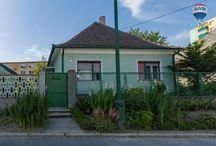 Rodinný dom na predaj v centre Šamorína / Na predaj rodinný dom v užšom centre Šamorína na 7 árovom pozemku. A predsa na tichom, kľudnom mieste! Všetka občianska vybavenosť dostupná pešo do niekoľkých minút. K domu prislúcha garáž s dielňou. Dom je v pôvodnom stave a je postavený z pálenej tehly. Dom má 3 izby, vstupnú halu a kuchyňu s terasou. Strecha potrebuje rekonštrukciu a podkrovie je predpripravené k ďalším obytným priestorom. K prestavbe, alebo k rekonštrukcii ideálny dom. Možno ho však obývať aj bez rekonštrukcie. Všetky IS