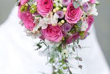 Svatební květiny / Jakou svatební kytici vybrat? Co se týče květin, je jen na vás, z čeho si necháte svatební kytici uvázat. Nejpoužívanějšími květinami pro svatební kytice jsou bezesporu růže. Jsou to královny květin, dostupné celoročně v celé škále barev. V posledních letech jsou oblíbené také kaly pro svoji eleganci a jednoduchost.  https://www.kvetinyvs.cz/cs/content/7-jak-vybirat-svatebni-kytici