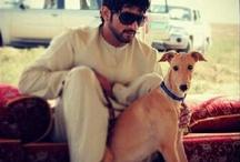 Hamdan MRM: con animales 1 / Hamdan bin Mohammed bin Rashid Al Maktoum (Fazza'a) 14/11/1982 . Nombrado príncipe heredero de Dubái el 01/02/2008.   - Padre: Mohammed bin Rashid bin Saeed Al Maktoum.  - Madre: Hind bint Maktoum bin Juma Al Maktoum.