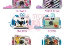 Lomo Camera and Jelly Lens / lomo camera adalah kamera analog yang hasilnya hanya bisa diliat jika di cetak. Kamera ini tidak membutuhkan baterai atau memory card. Namun, kamera ini membutuhkan roll film untuk menyimpan dan mencetak hasil foto. Jenis lomo camera ada dua : Lomo Camera Aquapix bisa dipakai di darat dan di air (IDR 105,000) dan Lomo Camera Disderi hasil foto akan terbagi sesuai dengan jumlah lensa yang ada. Disderi tersedia dalam 2,3,dan 4 lensa (IDR 150,000)