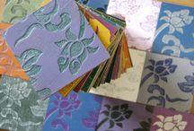 DECORAZIONI / Nuovo stile con le decorazioni Complimenti. Grazie alle nostre decorazioni si può trasformare velocemente qualsiasi spazio. Sono personalizzabili per colori, dimensioni e texture. Si può scegliere tra le nostre proposte, chiederne una texture personalizzata, oppure fornire il proprio file vettoriale.