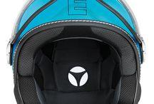 Momo Fighter [FGTR] Glam / El FGTR (Fighter o Luchador), históricamente inspirado por los cascos de los pilotos de helicópteros, ha sido renovado, fortaleciendo la combinación de tecnología y estilo. Completamente rediseñado por el Centro de Estilo MOMODESIGN, el FGTR ha sido enriquecido con detalles estéticos funcionales: un visor externo ajustable en vidrio óptico, un visor solar integrado, un tornillo de soporte para el visor y con el nuevo acolchonamiento interno removible en tela anti-bacteriológica.