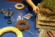 Vi laver moskurve og kranse. Making Moss baskets