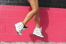 REEBOK BLACKTOP PUMP WEDGE MELODY EHSANI / Une sneakers en édition limitée qui vibre sur l'indémodable imprimé à pois. Un look ultra tendance et dynamique. Un vrai modèle réservé aux femmes ! Un peu de talons pour le côté femme fatale. Un peu de folie avec les pois et les typographies. Un peu de dynamisme avec le mix de matières et les lignes déstructurées. Un peu de peps avec les lacets colorés.