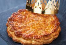 Recettes de galettes des rois / Star du mois de janvier, la galette des rois s'expose dans les vitrines des pâtissiers. Généralement, elle se compose de deux pâtes feuilletées croustillantes fourrées d'un mélange de crème aux amandes et de crème pâtissière. Mais la frangipane, rien à faire, ce n'est pas votre truc… Ou bien vous commencez tout simplement à vous en lasser. Qu'à cela ne tienne : la galette se pare de mille et une saveurs, des plus classiques aux plus insolites.