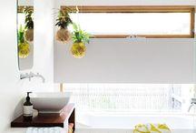 Parquet et salle de bain / Le parquet est un revêtement de sol qui a aussi sa place dans une salle de bain. Il suffit de choisir une essence de bois et un traitement adapté aux pièces humides. Le parquet dans la salle de bain apporte un confort inégalable.