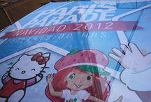 """Paris Parade / Se trata de un espectáculo de Navidad sobre la idea  """"La fábrica de juegos"""". A lo largo del desfile se representa una gran fabrica de juegos donde estos se fabrican con los """"sueños de los niños"""". En esta imaginaria fábrica de juegos participan los """"Los Jugueteros Mágicos"""" encargados de atrapar los sueños y fantasías de los niños para darles después forma real con una maquina fantástica """"La Maquina Cazasueños"""" donde esta situado a lo largo de todo el desfile el viejo Pascuero (Papa Noél)."""