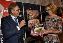 Presentatie kookboek Lekker Brabant / En daar is het dan eindelijk: ons kookboek! Gisterenavond gepresenteerd bij een van de streekboeren die meewerken aan het boek, Natuurlijk Tomaat in Dongen. En wat zijn we blij en trots! Ik kreeg het eerste exemplaar uit handen van gedeputeerde Yves de Boer en gaf daarna onze koks ieder een exemplaar.