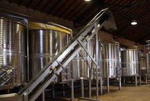 Bodega / Nuestras instalaciones: un antiguo almacén de grano que se rehabilitó en 2001 transformándolo en nuestra bodega.