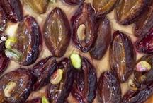 Блюда с арманьяком / Крепкий спиртной напиток на основе виноградного спирта, его изготавливают в провинции Гасконь, на юго-западе Франции. Арманьяк считается старшим братом коньяка, так как первое упоминание о нем датируется XIV веком. Для изготовления арманьяка допускается использование 10 сортов винограда, ферментация которых происходит естественным путем. Созревает арманьяк в новых дубовых бочках от 1,5 до 2 лет, затем его переливают в старые бочки для более медленного созревания.