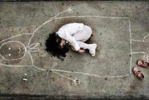 Yetimhanede Büyüyen Çocuk / Annesini savaşta kaybeden Ortadoğu'lu çocuk,yetimhanede annesini tasavvur ederek resmini çiziyor ve kucağında yattığını düşünüyor. Annesine saygısından da ayakkabılarını çıkarıyor.