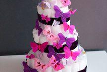 Gâteaux de couches (diaper cake) / Le gâteau de couches est le cadeau idéal pour une naissance, une Baby Shower ou un baptême. Tendances Gourmandes crée et décore sur mesure pour vous des gâteaux de couches raffiné pour fille, garçon, jumeaux/jumelles, ou même en neutre. Il est composé de couches et de différents cadeaux pour bébé : couverts, bavoirs, tétine, vêtements, etc…