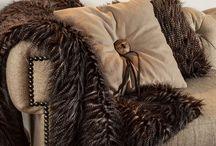 Kleden, plaids en kussens | Rofra Home / Een interieur is niet af zonder kleden, plaids en kussens. Het geeft een warme en knusse sfeer aan de woning. Daarnaast zijn de plaids ook buiten te gebruiken, bijvoorbeeld op een frisse zomeravond. Laat je inspireren!  #kussens #plaids #schapenvacht #koeienhuid #kleden #kleed #rofrahome