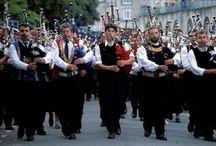 Culture et patrimoine en Cornouaille / La Cornouaille vit toute l'année à l'heure de fêtes, de festivals et d'animations surprenantes, toujours pleines de gaîté et de rencontres.  La Cornouaille fourmille de talents prometteurs qui réinventent la culture populaire au quotidien. Entrez dans la danse ! Appréciez la musique ! Le festival de Cornouaille à Quimper, des Filets bleus à Concarneau et la fête des Brodeuses à Pont-l'Abbé adaptent le folklore à l'air du temps.