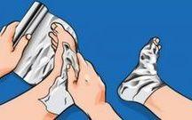 aluminiumfolie om je voetenwikkelen