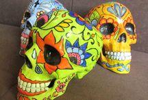 CALAKAS / Calaveras resina de mandíbula móvil, pintadas a mano con acrilicos en estilo mexicano, Diseño único, no repetibles. Accesorios decorativos con diseños de calakas.