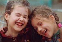Contrastes: Niñas y niños riendo, niñas y niños llorando / imágenes de niñas y niños llorando y otras de niñas y niños riendo, pone de presente los contrastes en las emociones.