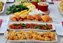 kahvaltılık ve yemeklik sunum masaları