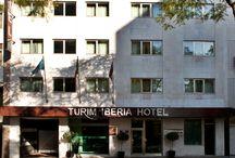 TURIM IBERIA HOTEL / O Turim Ibéria é um hotel que além de muito bonito, está localizado na Avenida 5 de Outubro, perto do Campo Pequeno e do Saldanha.  Tem 86 quartos, modernamente equipados e muito bem decorados.  O restaurante e o bar são igualmente espaços com uma decoração moderna, onde pode tomar uma refeição ou apenas reunir-se num encontro de negócios.
