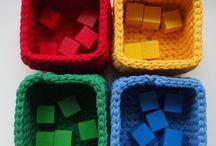 Pomoce sensoryczne dla dzieci- sorter kolorów / Były kiedyś korale z modeliny, później breloczki z filcu aż pojawiła się ONA- potrzeba rozwoju dziecka, które pojawiło się na świecie. Mojego dziecka. Dlatego od samych narodzin pomoce, zabawki, karuzele robiłam ręcznie. Kto jak nie MAMA rozumie jak ważny jest prawidłowy rozwój jej dziecka. Chcąc wspierać zainteresowanie przestrzenią wprowadzałam kolejne pomoce. Znajomi pytali, przyjaciele chcieli też mieć i tak powstał pomysł aby tworzyć też dla innych.  Zapraszam