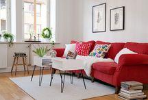 z czerwoną sofą